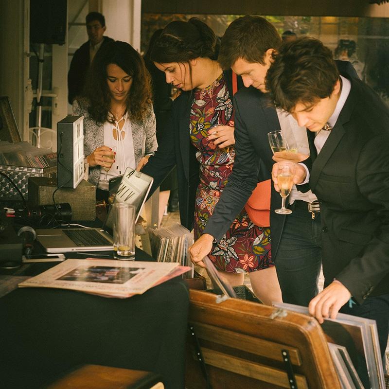 Invités de mariage fouillant des bacs de disques vinyles
