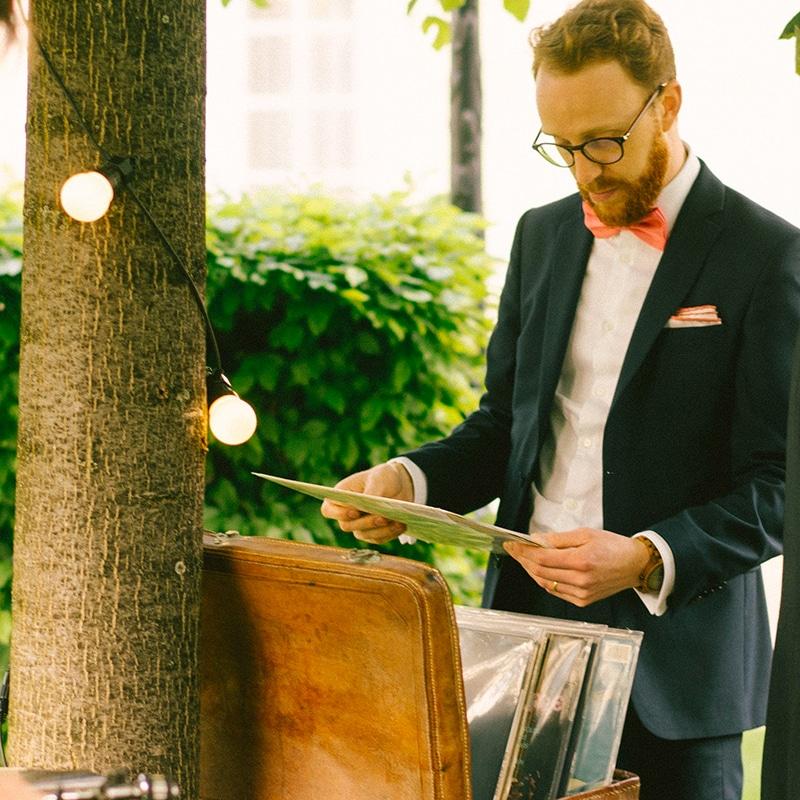 Inivité d'un mariage regardant un disque vinyles